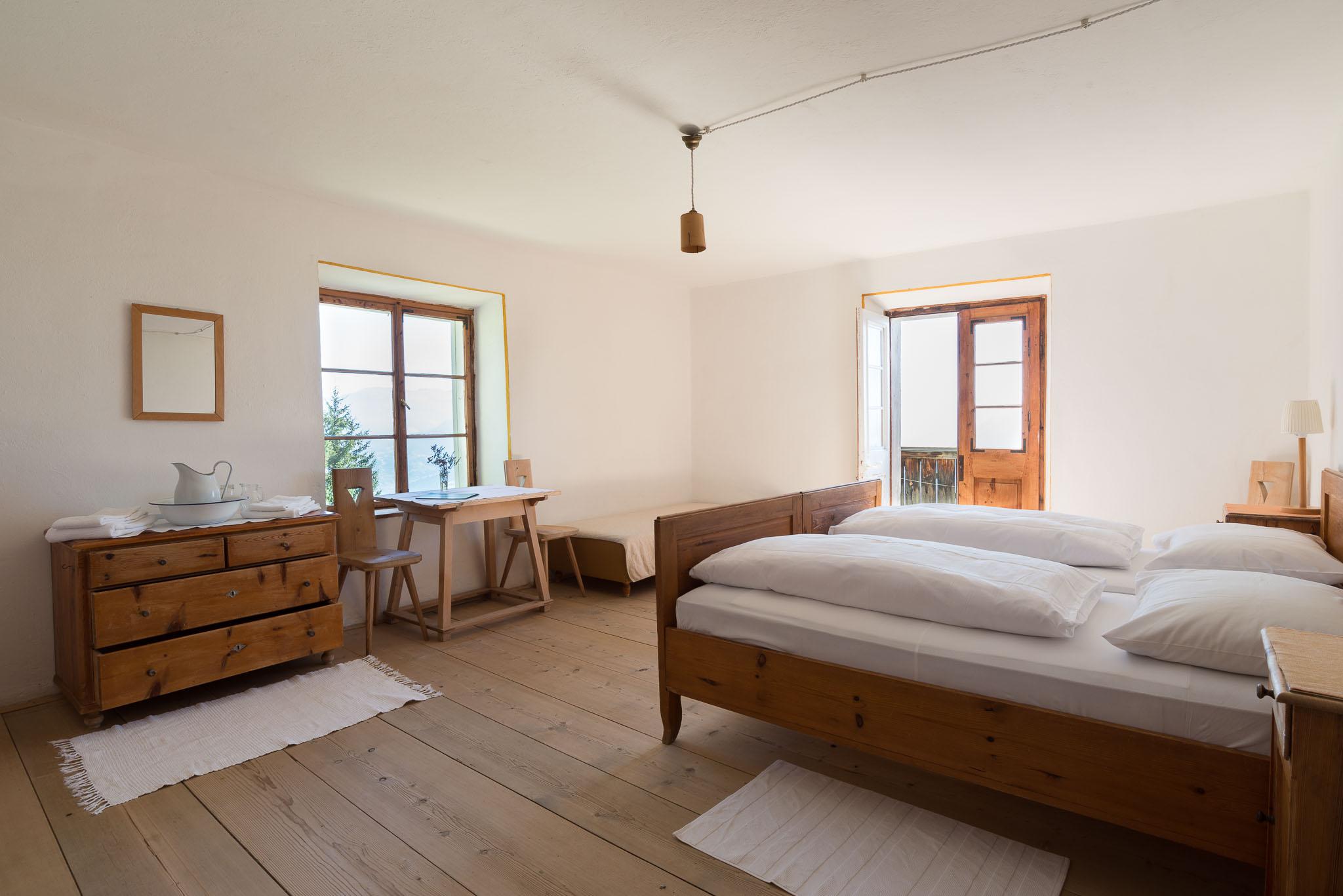 Die mit einfachen Holzmöbeln ausgestatteten Zimmer