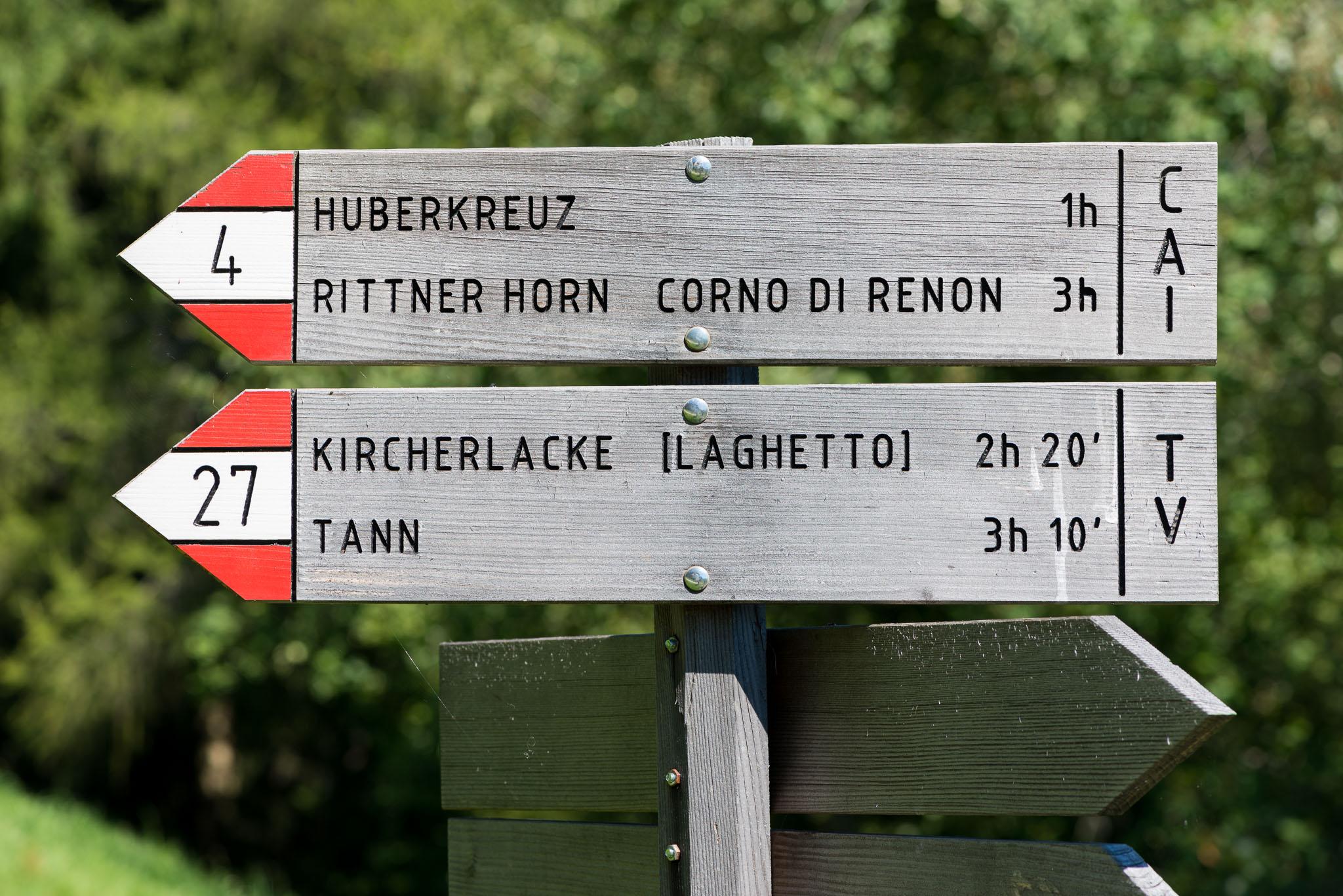 Wegweiser zu diversen Ausflugszielen. Briol ist ein guter Ausgangspunkt für diverse Wanderungen, wie zum Rittner Horn, nach Dreikirchen oder zu den Barbianer Wasserfällen.