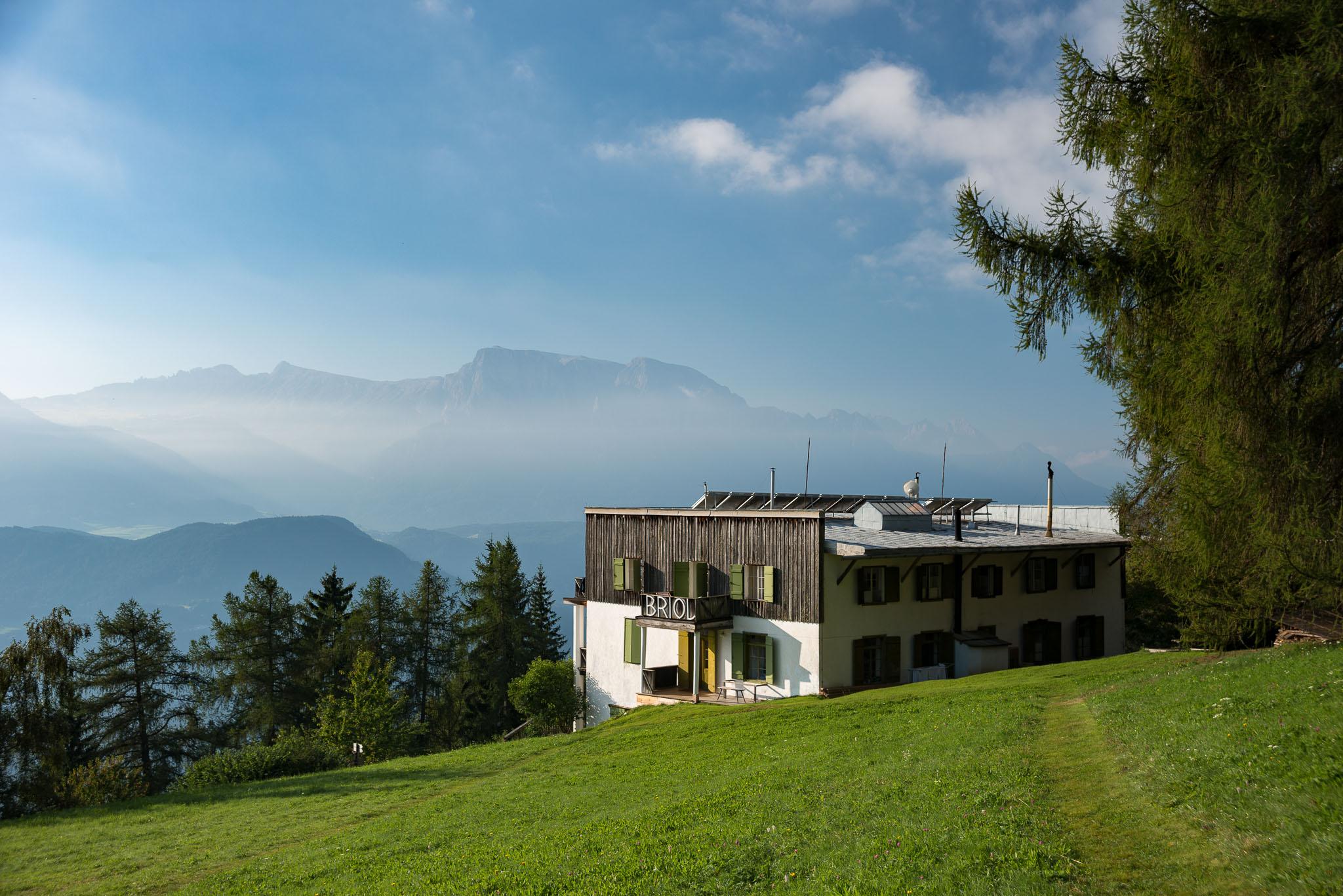 Von den Wiesen rund um Briol hat man einen wunderbaren Blick in die Dolomiten.