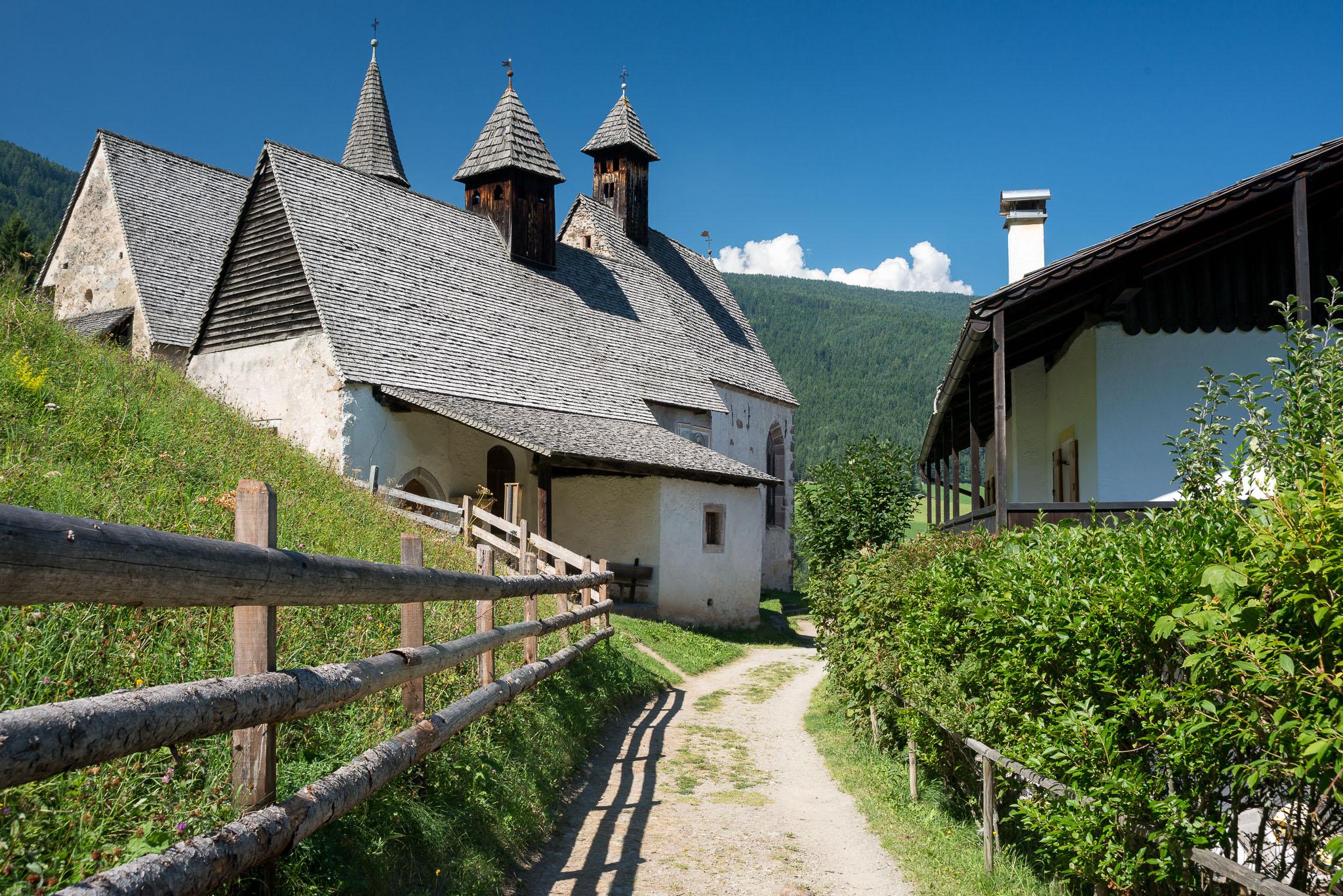 Die drei zusammenhängend gebauten gotischen Kapellen von Bad Dreikirchen, unterhalb von Briol gelegen.