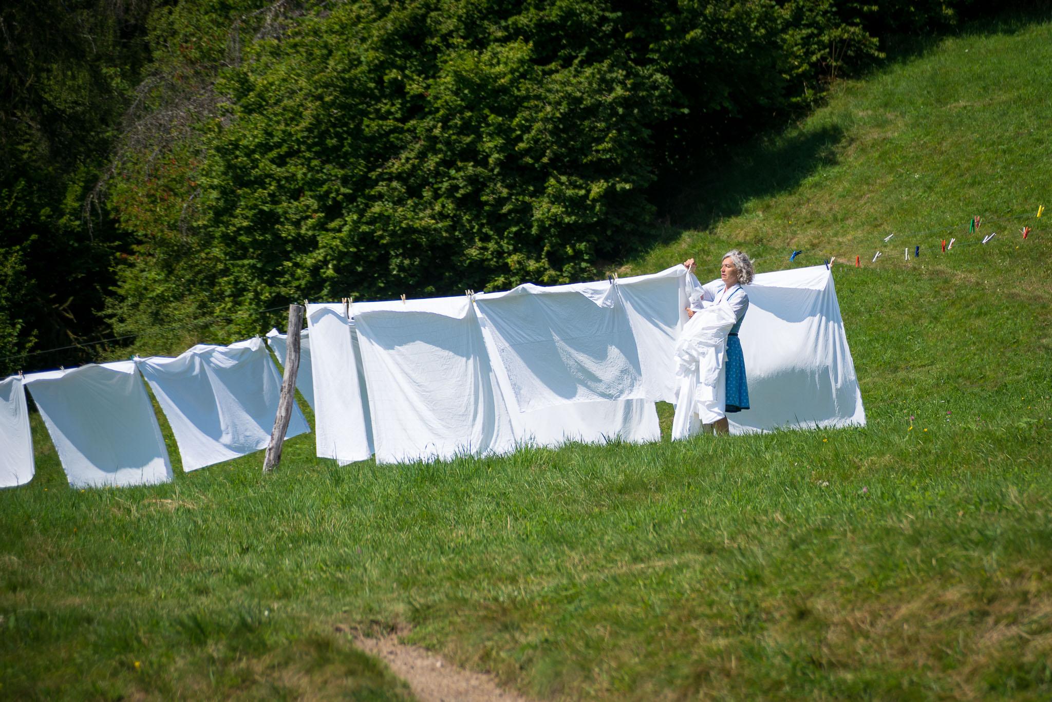 Johanna von Klebelsberg ist am Wäsche abnehmen.
