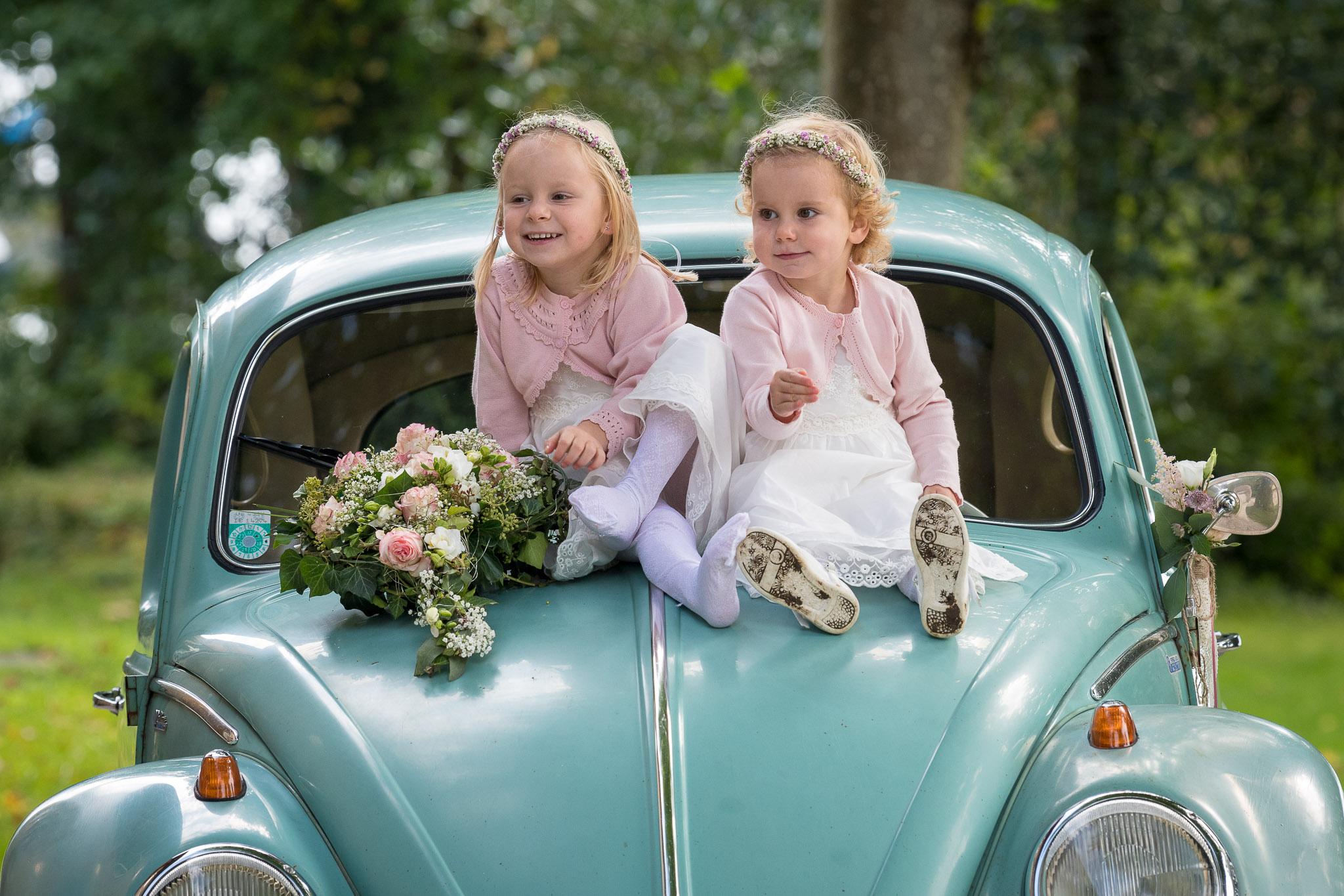2 Mädchen auf der Motorhaube