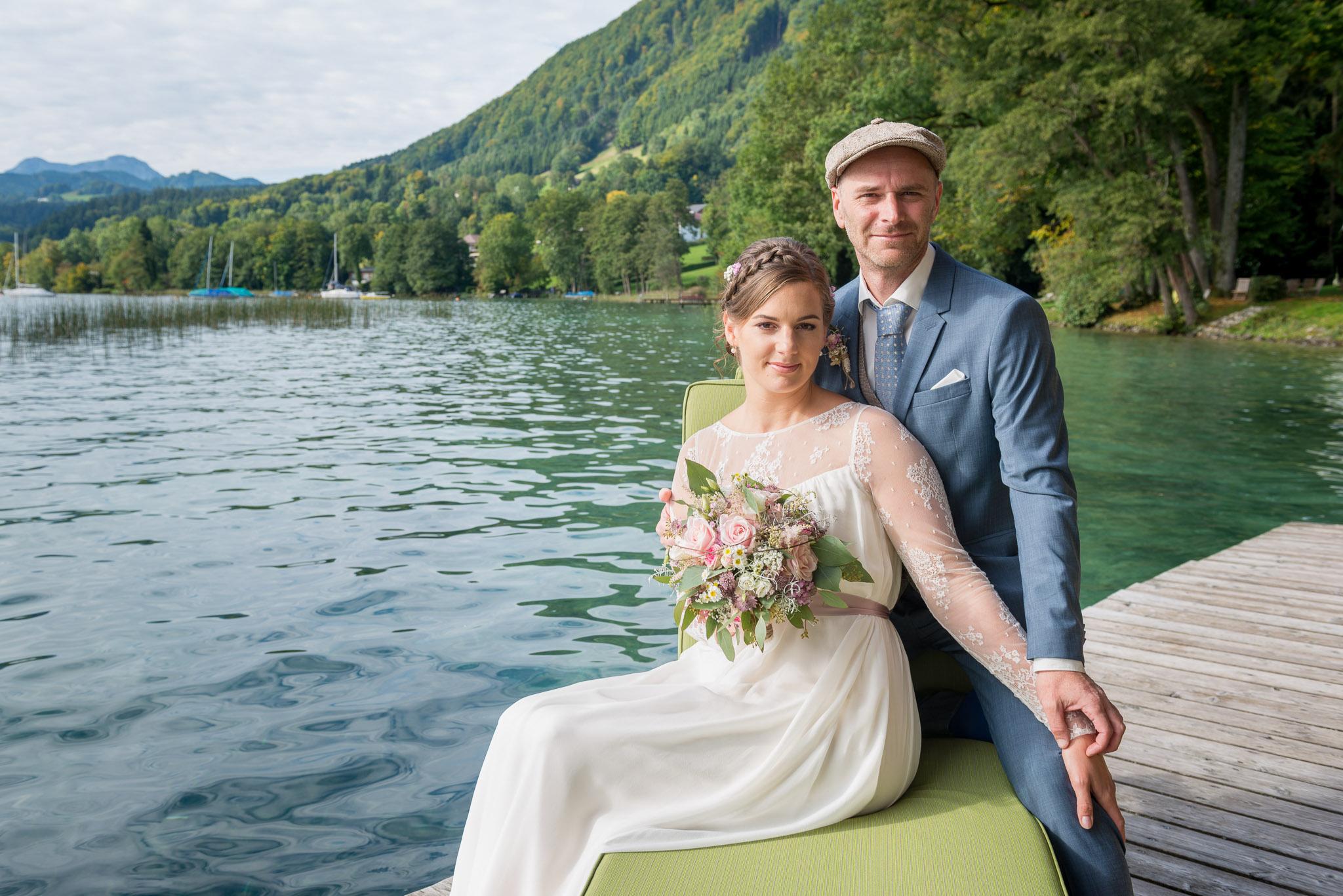 Brautpaar mit dem Attersee im Hintergrund