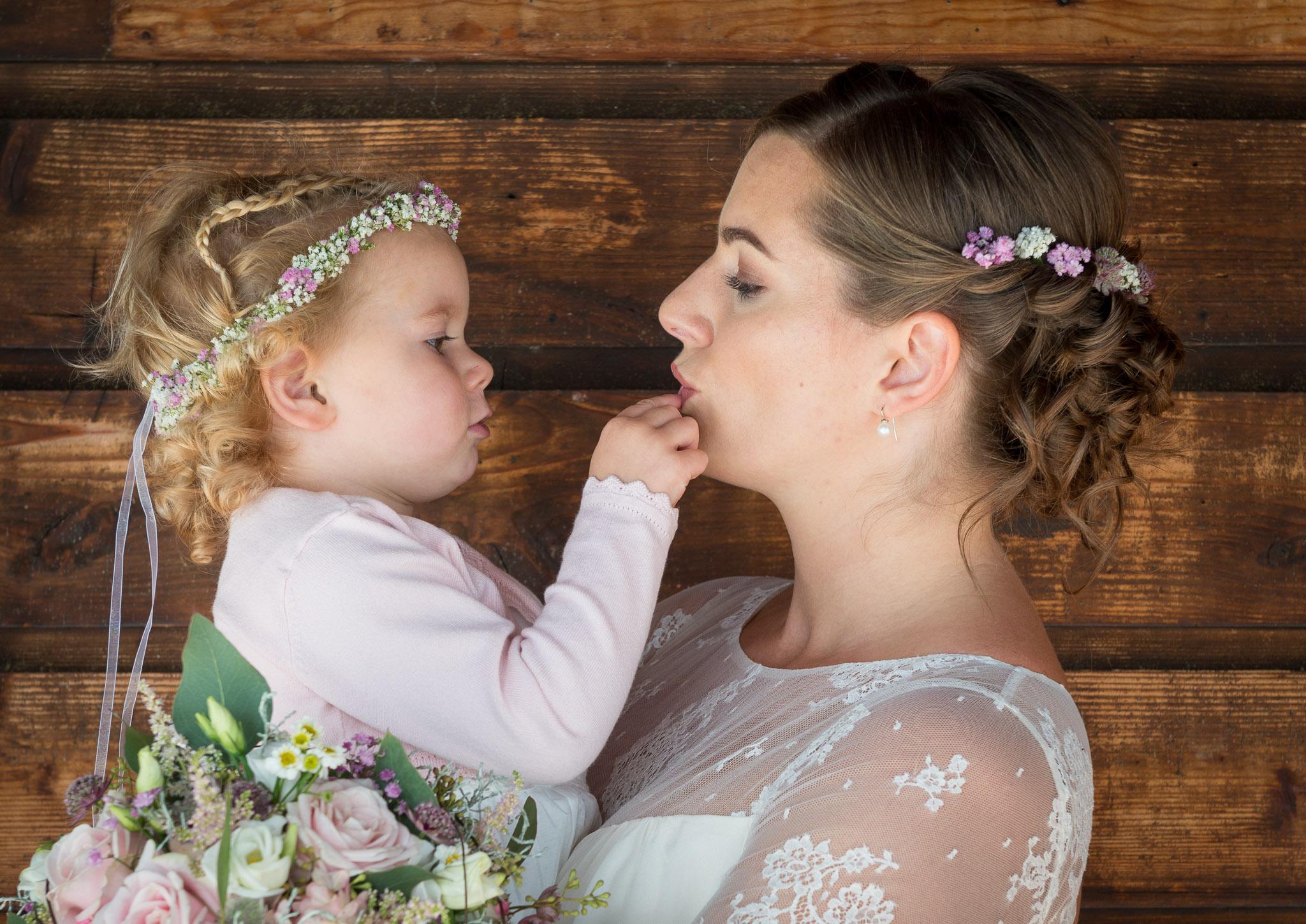 Hochzeit am Attersee, Braut mit Tochter im Arm