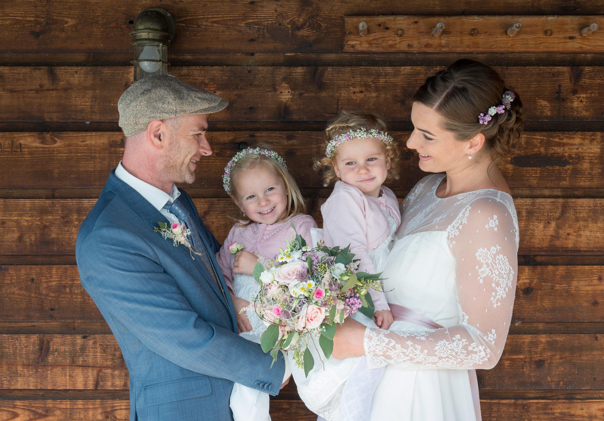 Hochzeit am Attersee, Brautpaar mit den beiden Töchtern