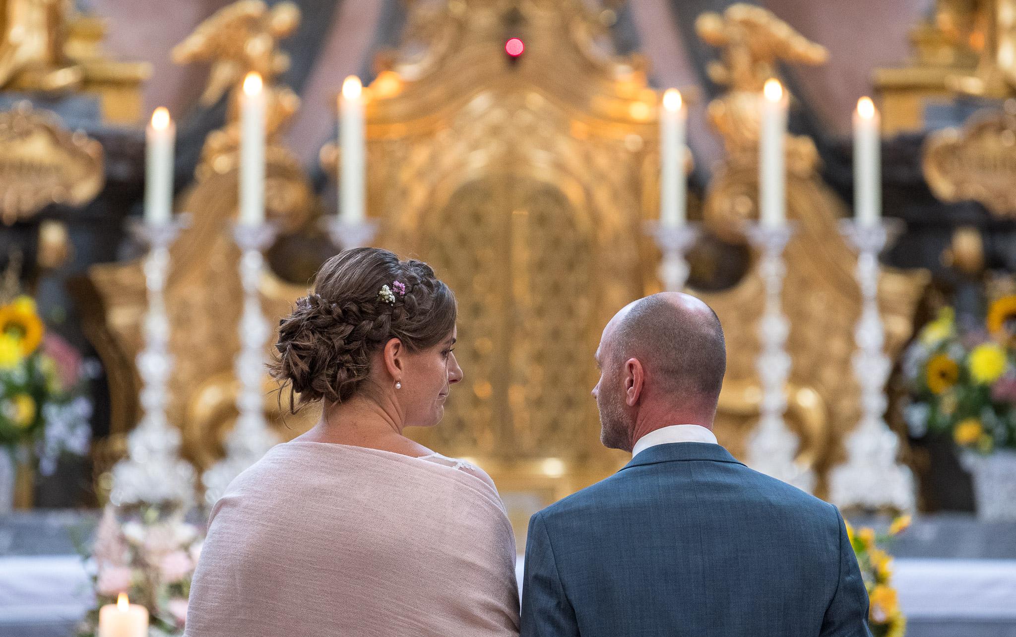 Brautpaar vorm Altar