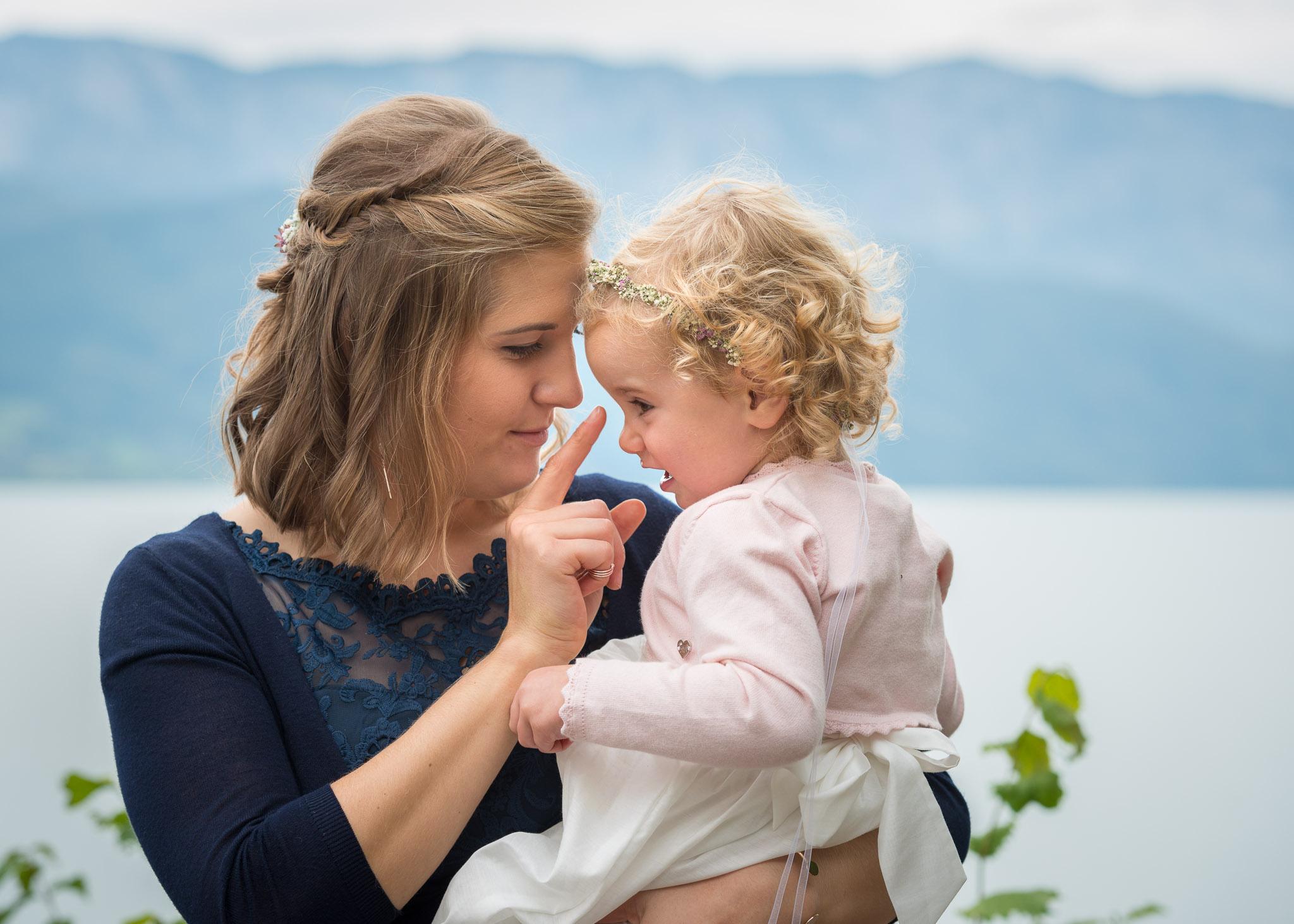 Frau mit Kind am Arm