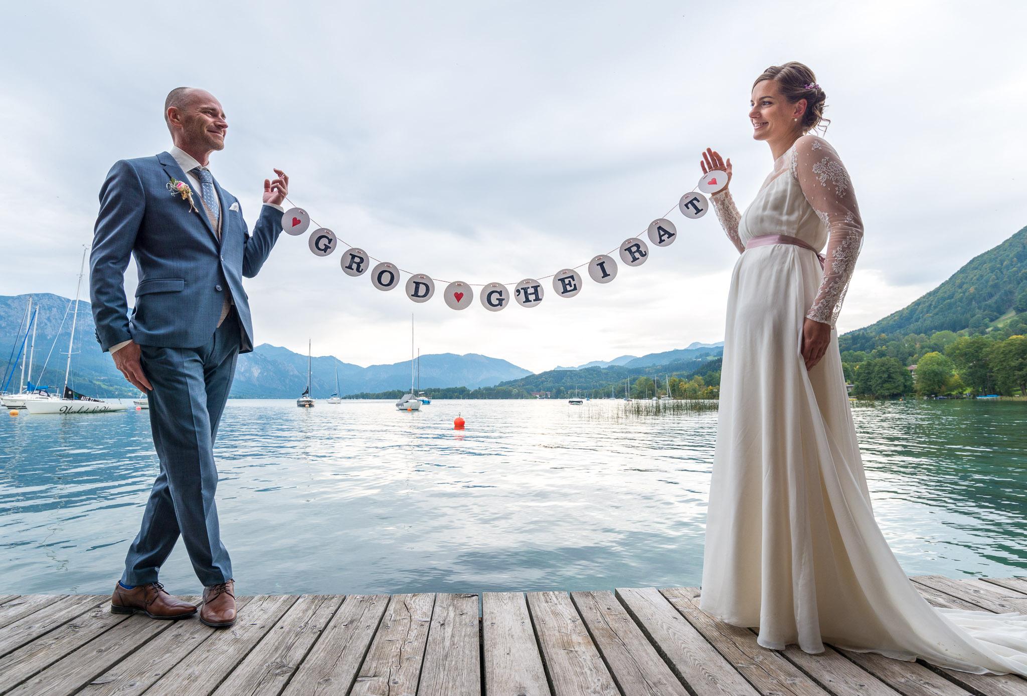 Hochzeitspaar mit Girlande vorm Attersee