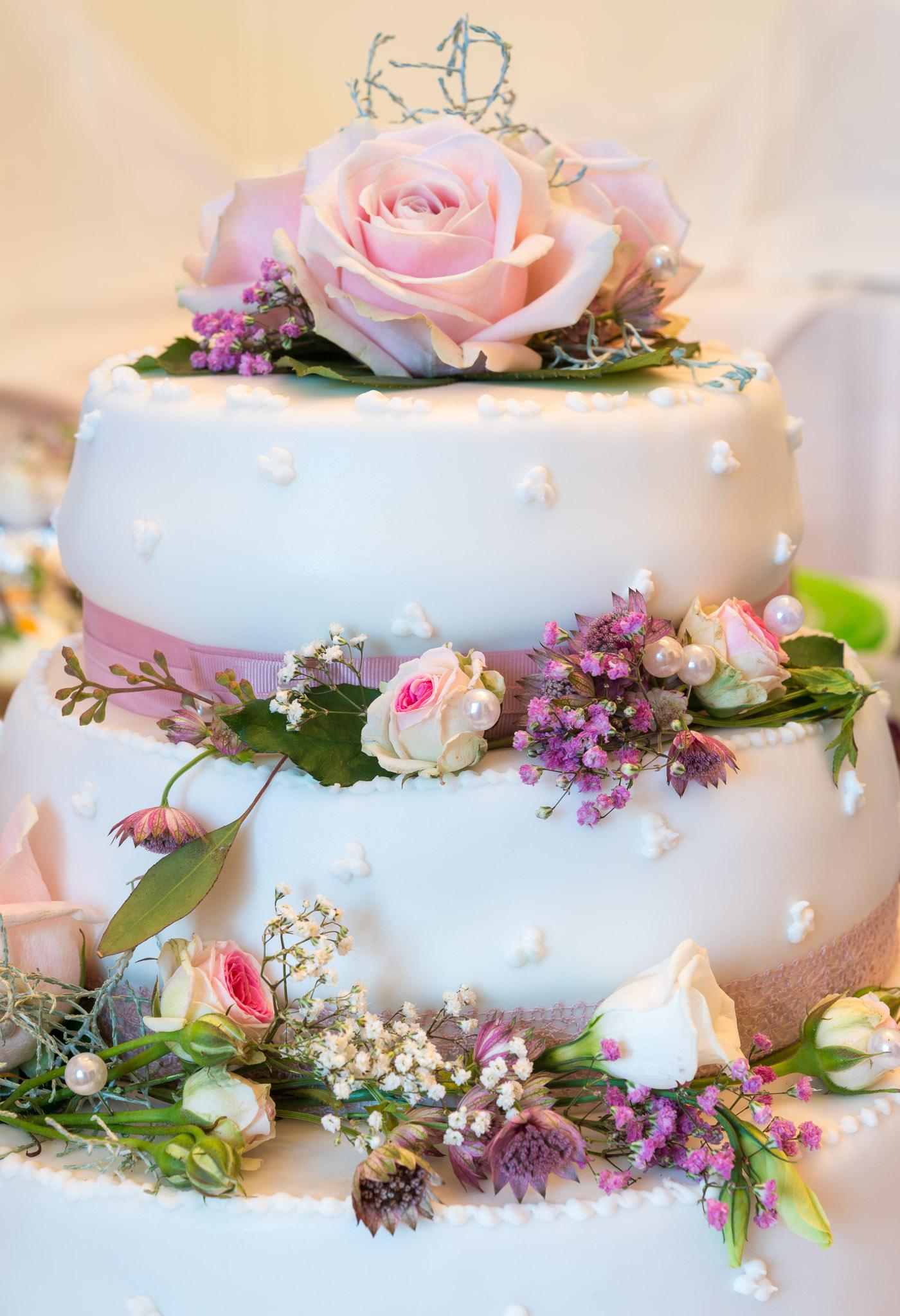 Hochzeitstorte mit Blütendekoration
