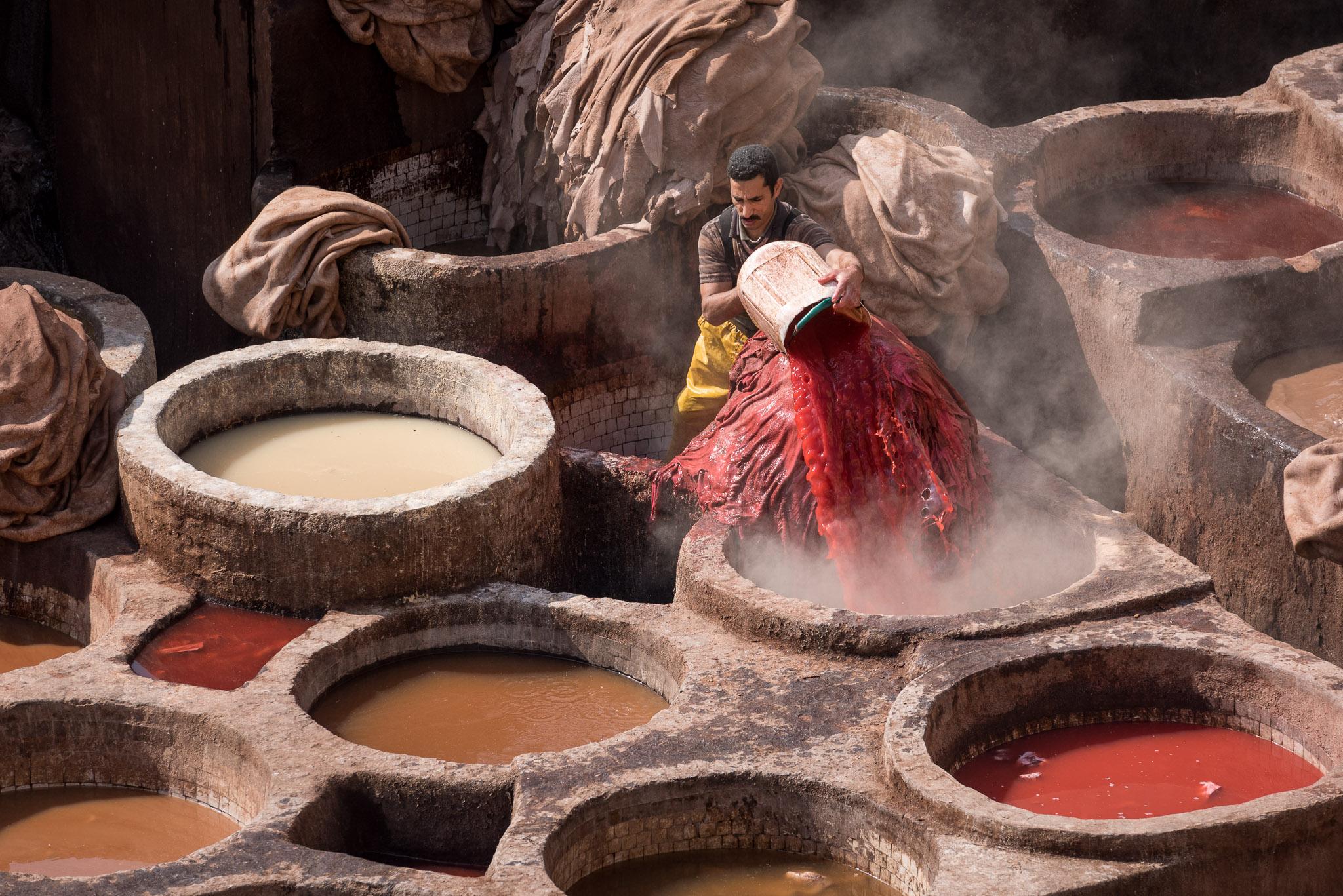 Arbeiter beim Farbe anrühren im Gerberviertel von Fes
